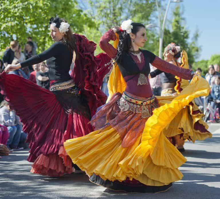 Danseuses sur scène avec des jupes colorées