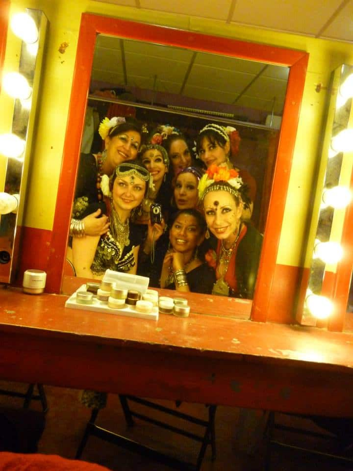 Danseuses en reflet dans un mirroir de maquillage d'une loge