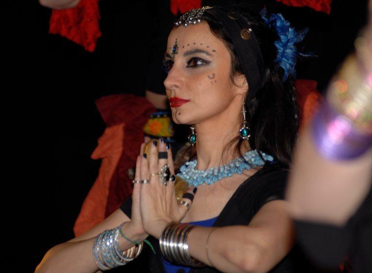 Danseuse les mains jointes avec maquillage de scène et un bindi