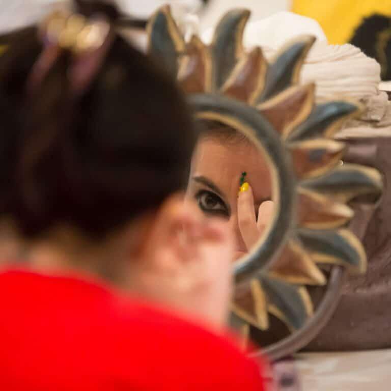 Reflet d'une danseuse qui se maquille