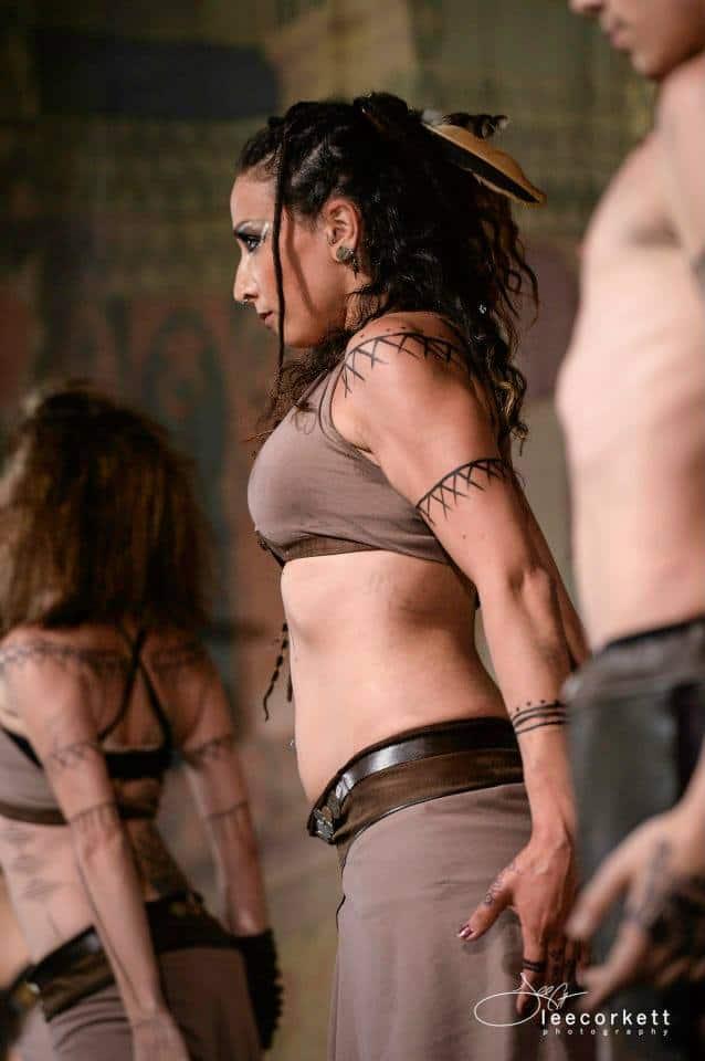 Focus sur une danseuse sur scène