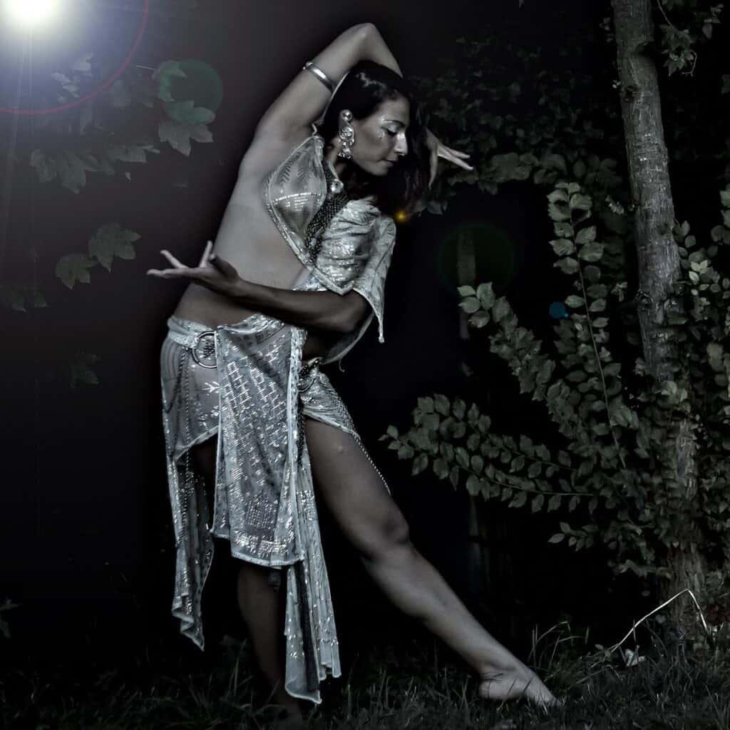 Photo de danseuses prise en extérieur de nuit dans des bois avec un flash