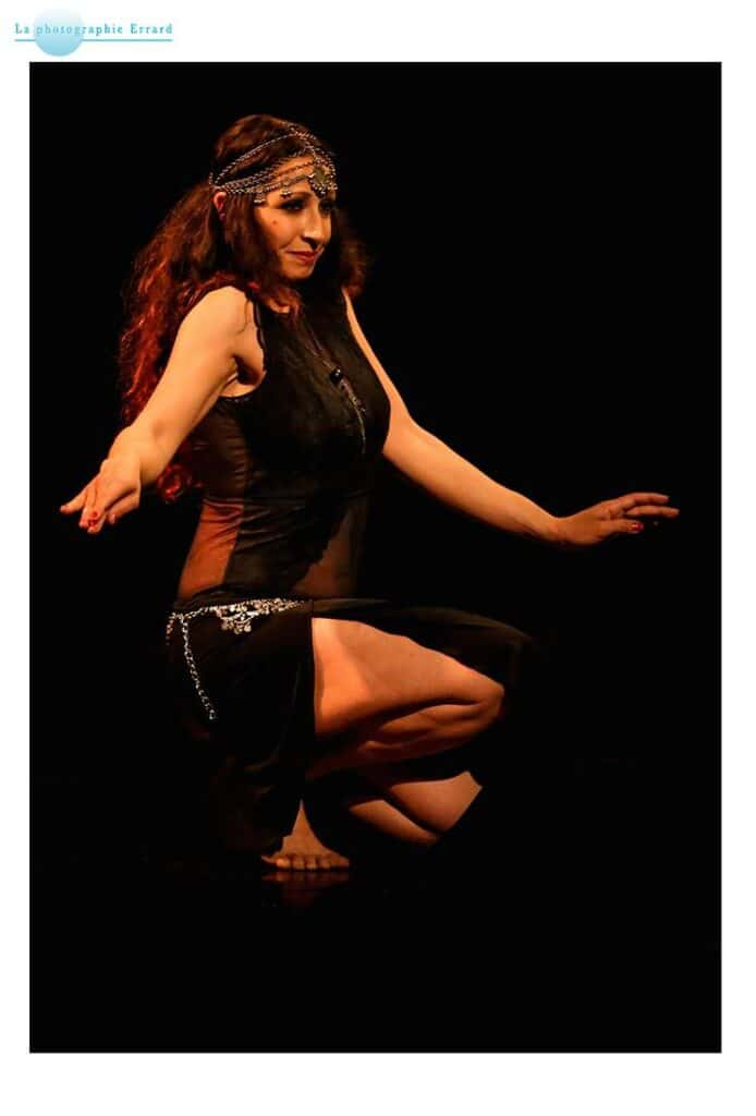 Danseuse sur scène accroupie