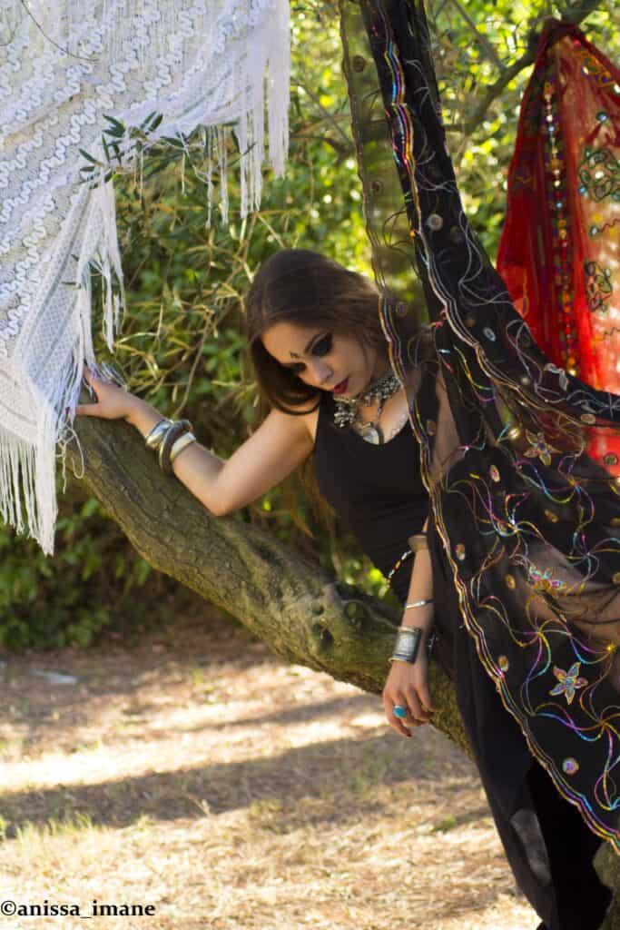 Danseuse avec des voiles près d'un arbre