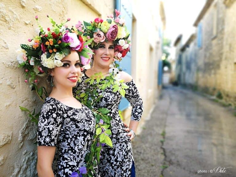 Deux danseuses avec hair garden dans une petite rue