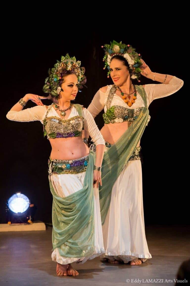 Deux danseuses avec des couronnes de fleurs sur la tête
