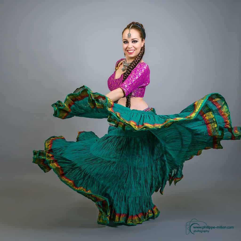 Shooting danseuse qui fait tourner sa jupe en souriant