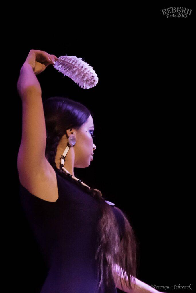 Danseuse le bras levé