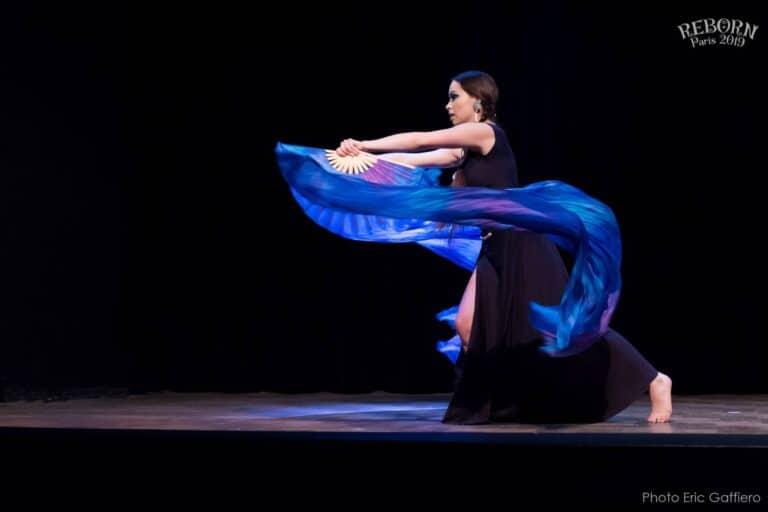 Danseuse sur scène avec éventails