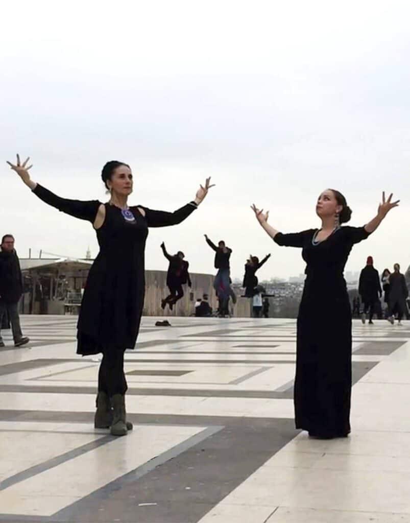 Deux danseuses au Trocadero les bras levés