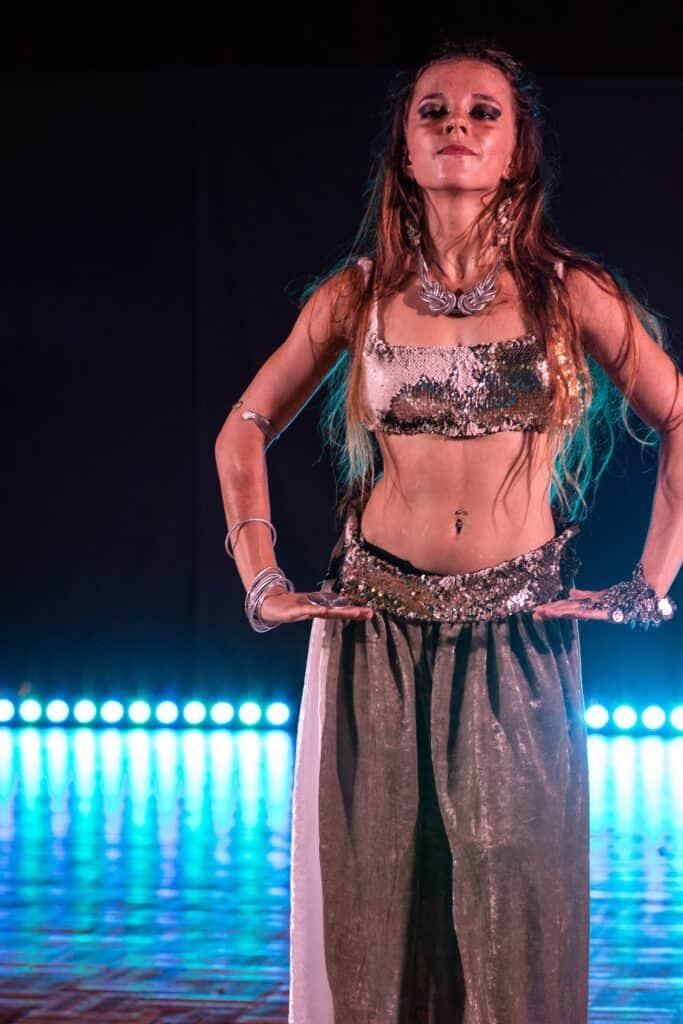 Gala oriental fusio - Danseuse les yeux fermés, les bras le long du corps