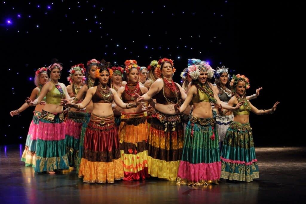 Groupe de danse sur scène avec tenues colorées et