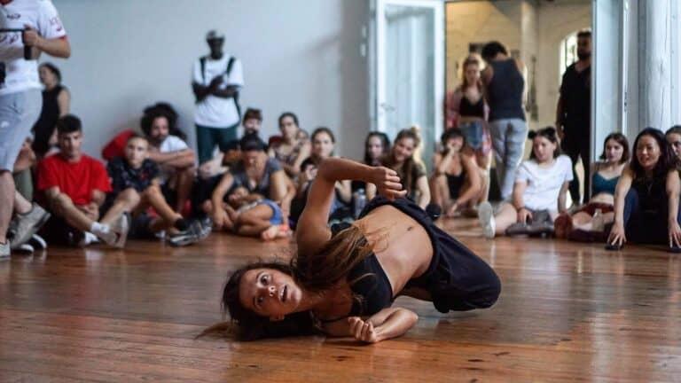 Danseuse au sol