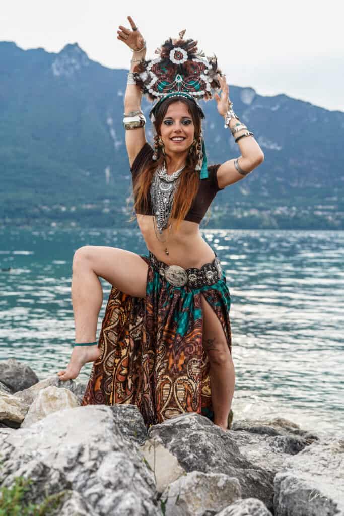Danseuse prend la pose sur une rocher en bord de mer