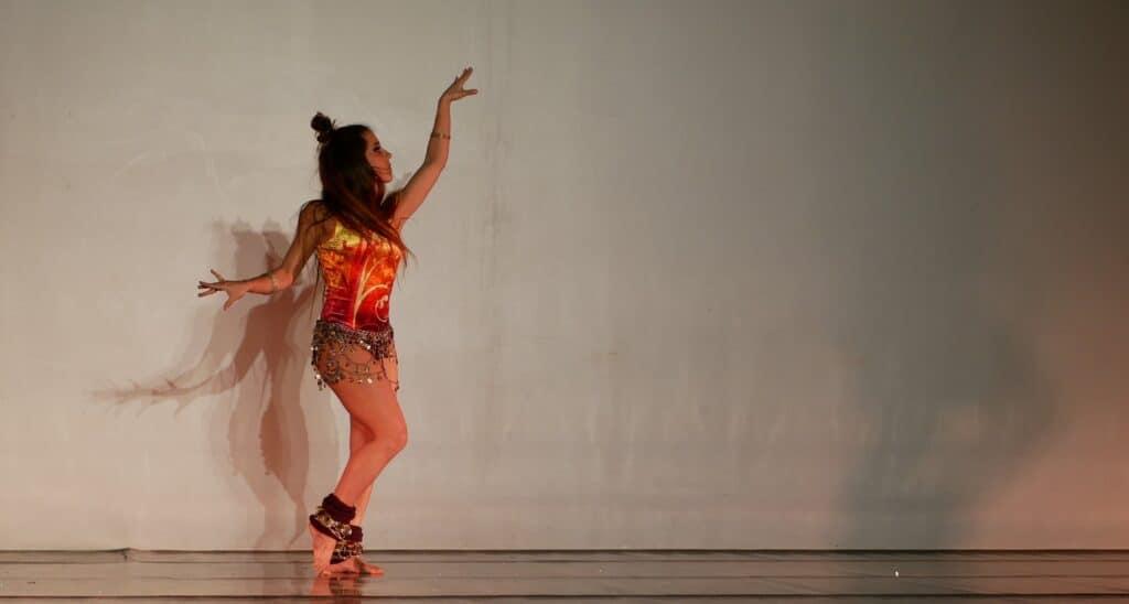 Danseuse sur scène de profil