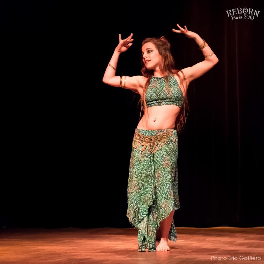 Danseuse sur scène les bras levés