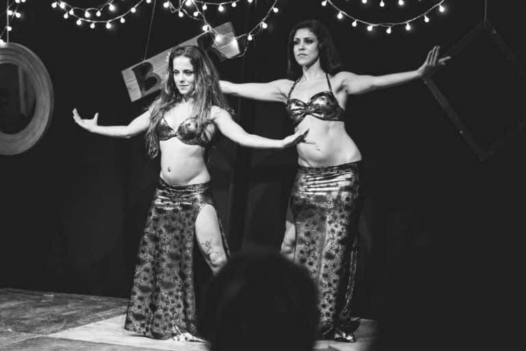 Danseuses sur scène en noir et blanc