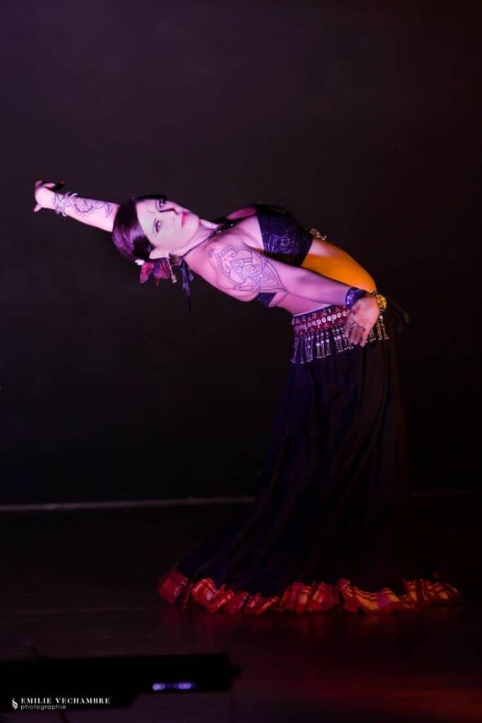 Alienor Tribal de profil tatouages apparants