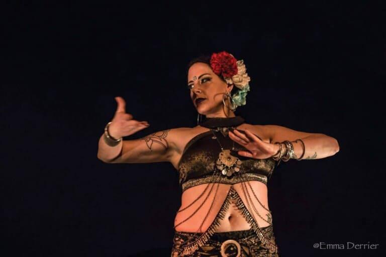 Danseuse sur scène avec hair garden