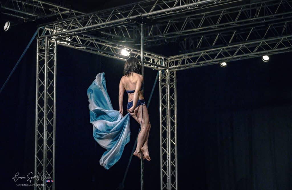 Kalyndra danseuse pole dance fusion avec des voiles