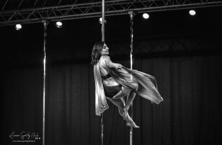 Kalyndra danseuse pole dance fusion avec des voiles en noir et blanc