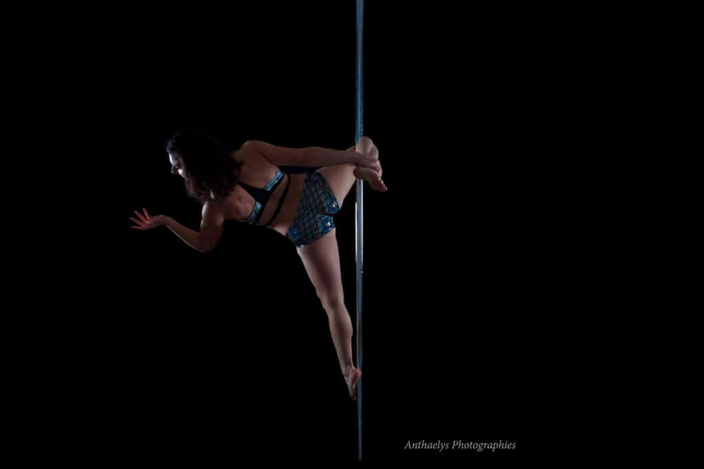 Kalyndra performeuse pole dance de dos sur la barre