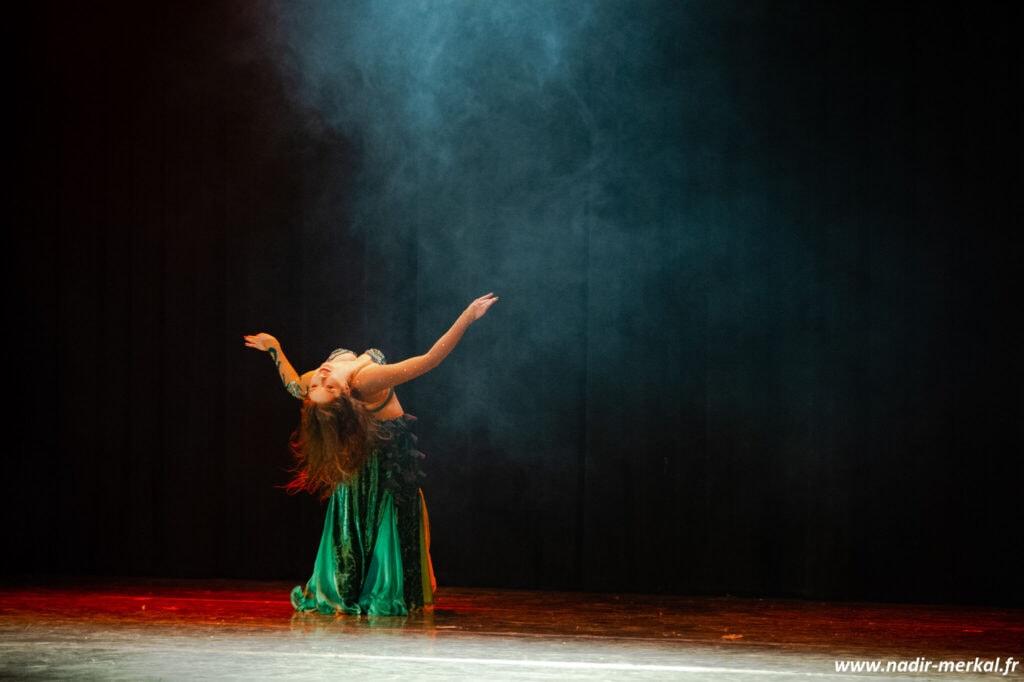 Danseuse sur scène entourée de fumée
