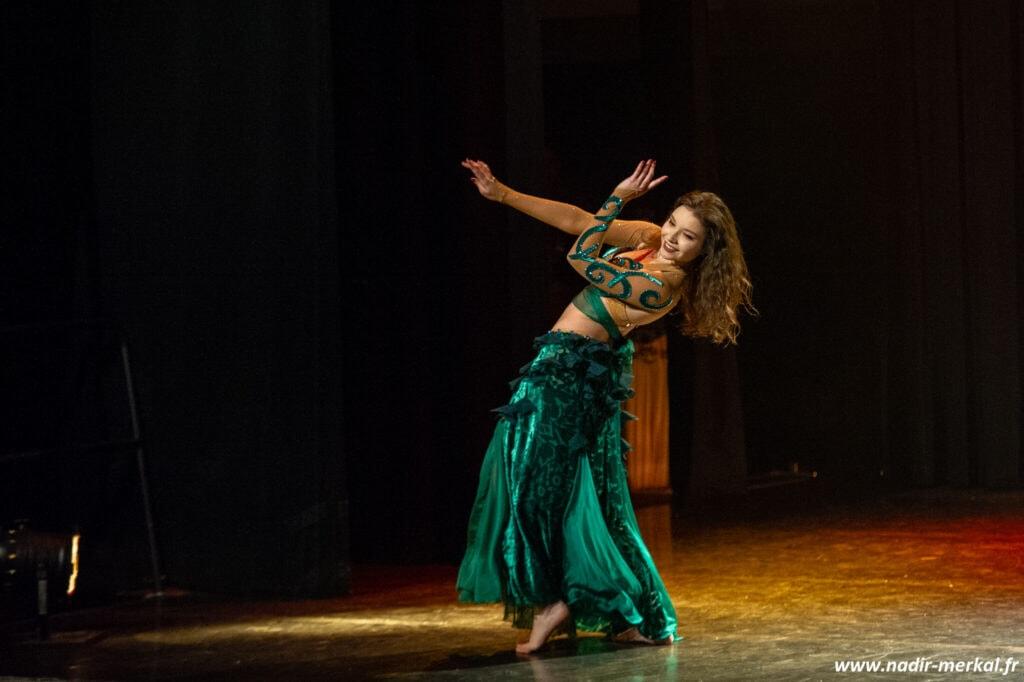 Danseuse sur scène avec robe verte